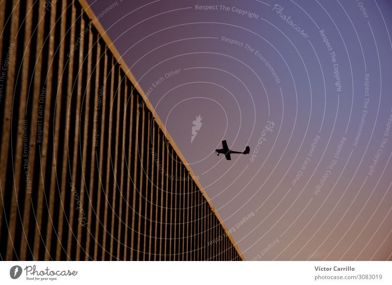 ein Flugzeugflug über ein Gebäude mit violettem Himmelshintergrund Luftverkehr Flugzeuglandung Flugzeugstart einfach Tapferkeit selbstbewußt Vertrauen