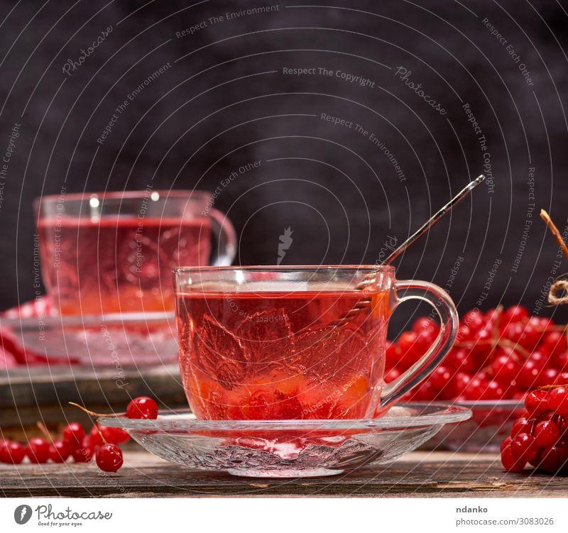 Viburnum-Tee in der Tasse Frucht Getränk Heißgetränk Löffel Tisch Natur Herbst Holz frisch heiß natürlich rot schwarz Tradition Antioxidans aromatisch
