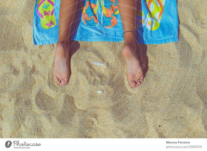Füße einer Person, die auf einem Handtuch am Strand liegt, Draufsicht Lifestyle Erholung Ferien & Urlaub & Reisen Sommer Sommerurlaub Sonne feminin Mädchen