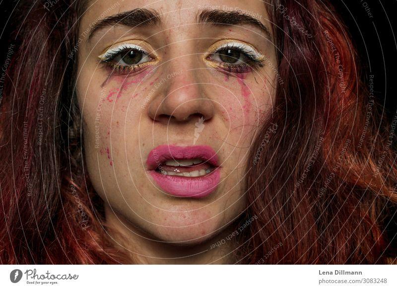 Frau Grimasse #1 Make-up Gesicht Portrait Clown Bodypainting Lippenstift Rote Haare Blick Emotion Mädchen verwirrt