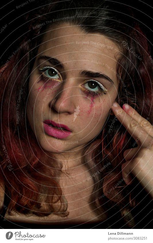 Frau Grimasse #2 Make-up Gesicht Portrait Clown Bodypainting Lippenstift Rote Haare Blick Emotion Mädchen