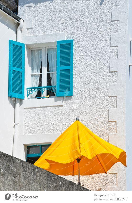 Ein gelber Sonnenschirm vor einem türkisem Fenster Ferien & Urlaub & Reisen Sommer Stadt Haus Erholung ruhig Freude Ferne Wand Gebäude Tourismus Mauer
