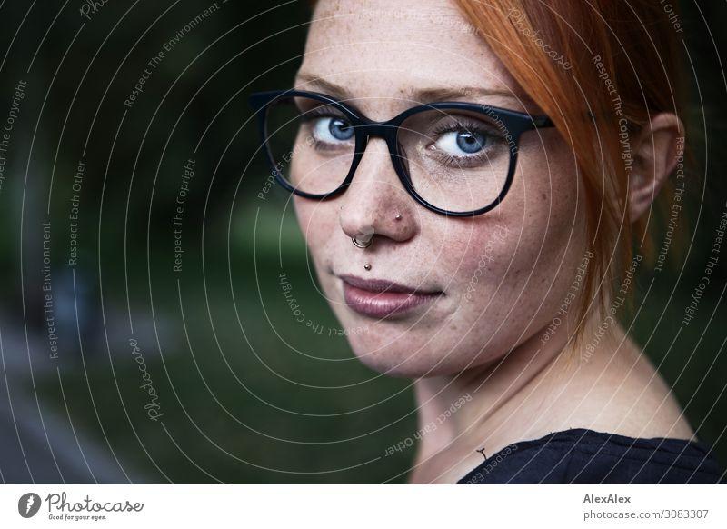 seitliches Portrait einer jungen Frau mit Sommersprossen und Brille Freude schön Zufriedenheit Junge Frau Jugendliche 18-30 Jahre Erwachsene Schönes Wetter Park