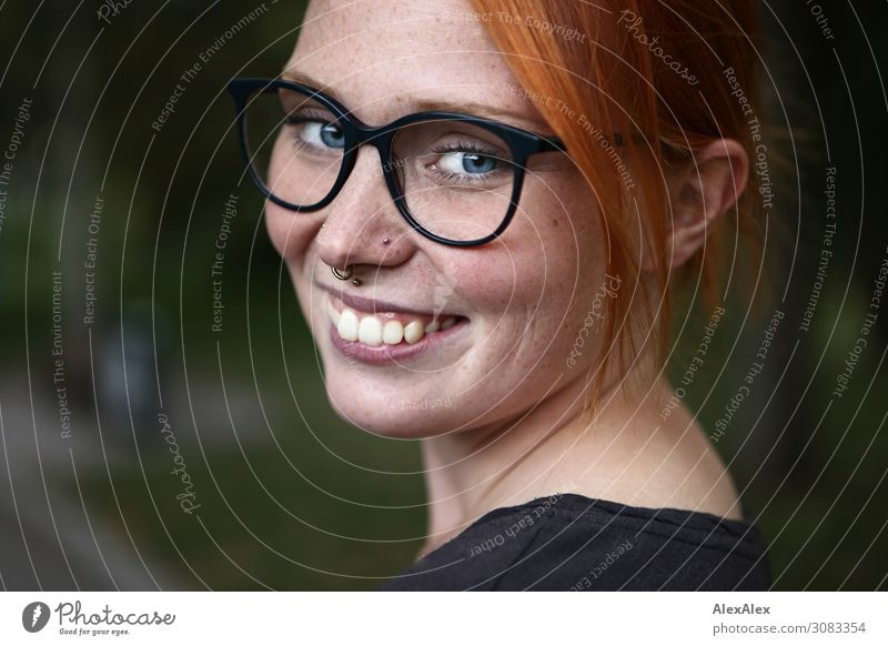 Portrait einer jungen Frau mit Sommersprossen Freude schön harmonisch Junge Frau Jugendliche Gesicht 18-30 Jahre Erwachsene Schönes Wetter Park Piercing Brille