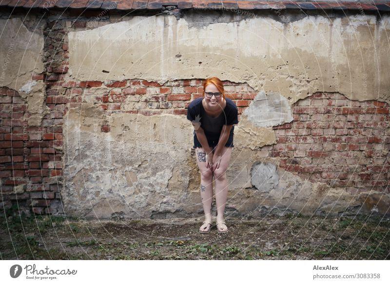 Portrait einer jungen Frau vor einer alten Ziegelsteinmauer Stil schön Leben Mauer Backstein abbröckeln verfallen Junge Frau Jugendliche 18-30 Jahre Erwachsene