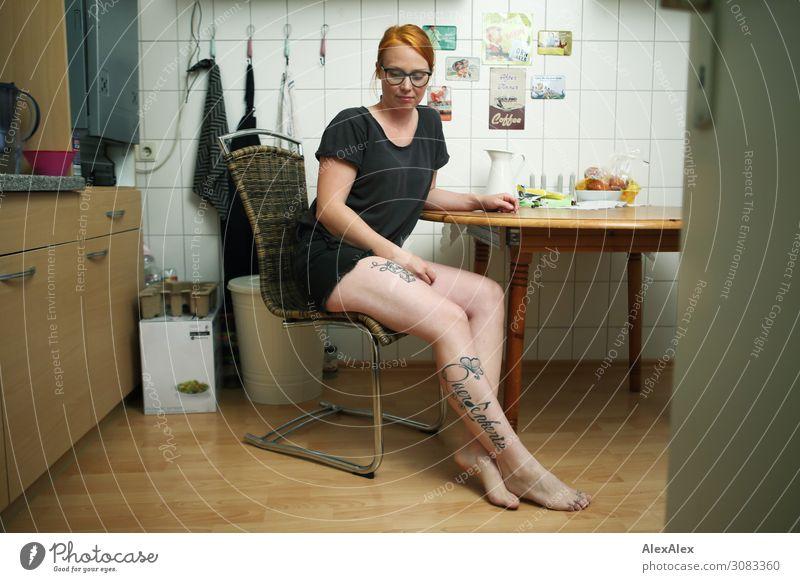 Portrait einer jungen Frau in ihrer Küche Jugendliche Junge Frau Stadt schön 18-30 Jahre Lebensmittel Beine Erwachsene natürlich feminin Stil außergewöhnlich