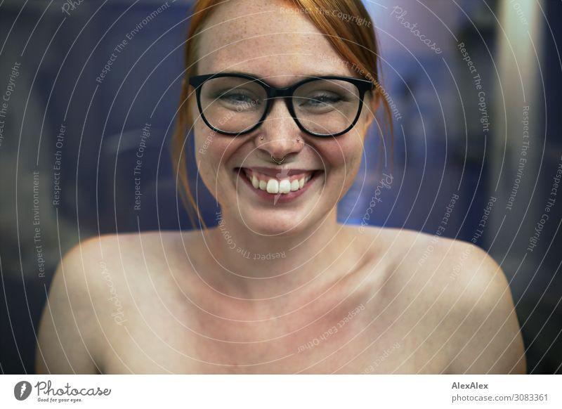 Portrait einer jungen Frau die lächelt Lifestyle Freude schön Leben Junge Frau Jugendliche 18-30 Jahre Erwachsene Piercing Brille rothaarig langhaarig