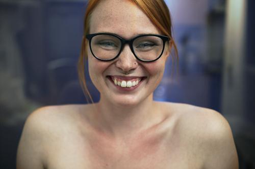 Portrait einer jungen, lächelnden Frau mit Sommersprossen und Brille Lifestyle Freude schön Leben Junge Frau Jugendliche 18-30 Jahre Erwachsene Piercing