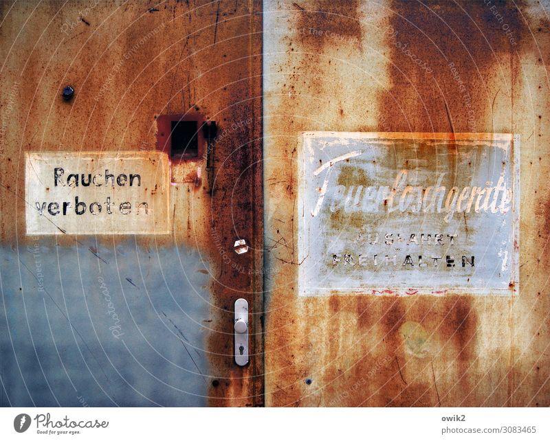 Der Reiz des Verbotenen Fabrik Tor Griff Metall Rost Schriftzeichen Schilder & Markierungen Hinweisschild Warnschild alt historisch trist Verfall Vergangenheit