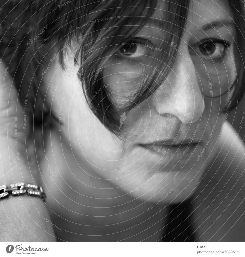jeder Blick eine Geschichte | AST 9 feminin Frau Erwachsene 1 Mensch T-Shirt Schmuck Haare & Frisuren brünett langhaarig Haarsträhne beobachten festhalten