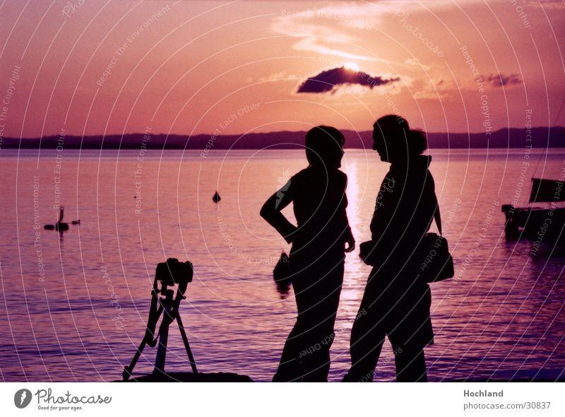 Kitsch am Abend Abenddämmerung Fotografie Stativ Wolken falsch Meer Frau Mann Paar Sonne paarweise