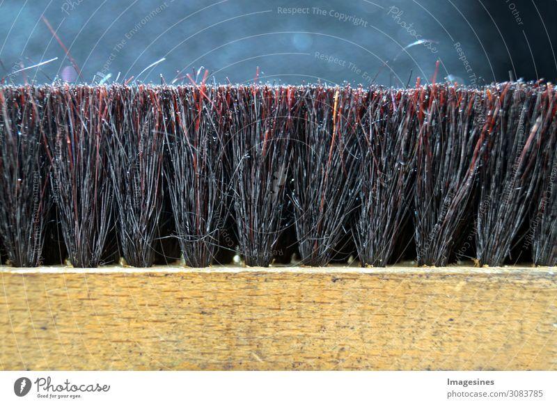 Nahaufnahme einer alten Holz bürste für Schuhe oder Kleidung. Dienstleistungsgewerbe Handwerk Werkzeug Bürste Schuhbürste kleidungsbürste Reinigen Sauberkeit