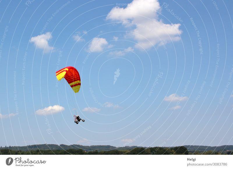 Spielzeug-Gleitschirm mit daran hängendem Fahrzeug und Figur fliegt vor blauem Himmel mit Wölkchen Freizeit & Hobby Umwelt Natur Wolken Sommer Schönes Wetter