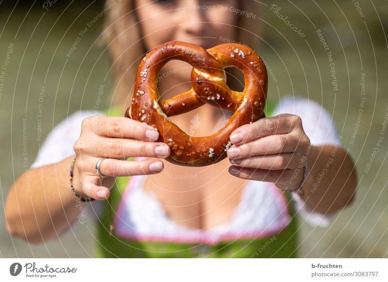 brezel Frau Sommer Hand Lebensmittel Erwachsene Feste & Feiern Freizeit & Hobby Ernährung frisch genießen Finger Freundlichkeit berühren festhalten Backwaren