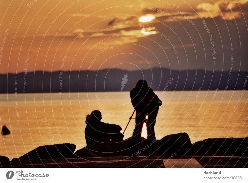 Transzendenz am Abend Frau Mann Sonne Meer ruhig Wolken Fotografie Abenddämmerung Zuneigung Stativ