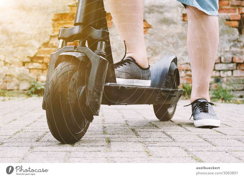 Mensch Ferien & Urlaub & Reisen Mann Erholung Freude Straße Lifestyle Erwachsene Sport Fuß Freizeit & Hobby Verkehr modern Technik & Technologie Aktion
