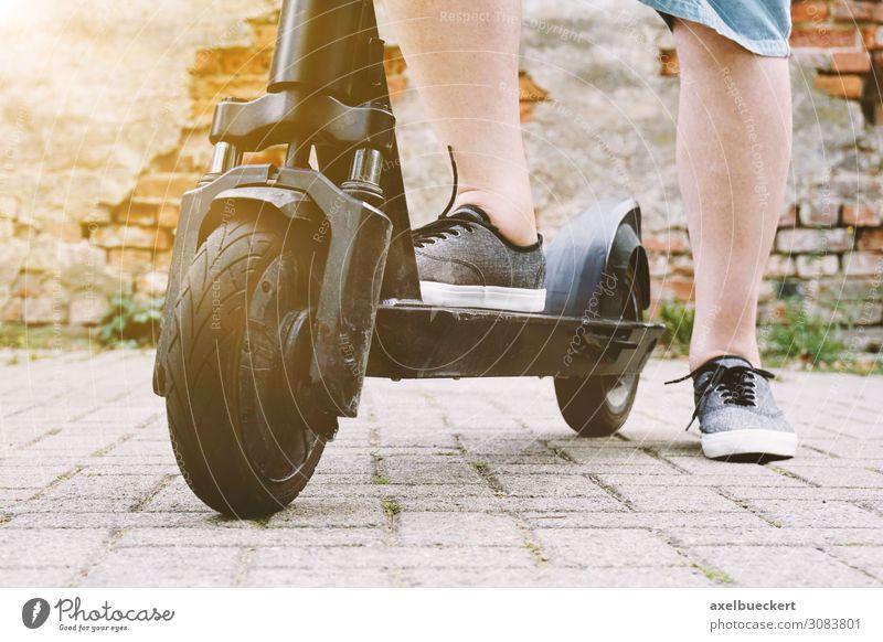 nicht erkennbare Person mit Elektroroller oder E-Scooter Lifestyle Freude Erholung Freizeit & Hobby Ferien & Urlaub & Reisen Sport Technik & Technologie Mensch