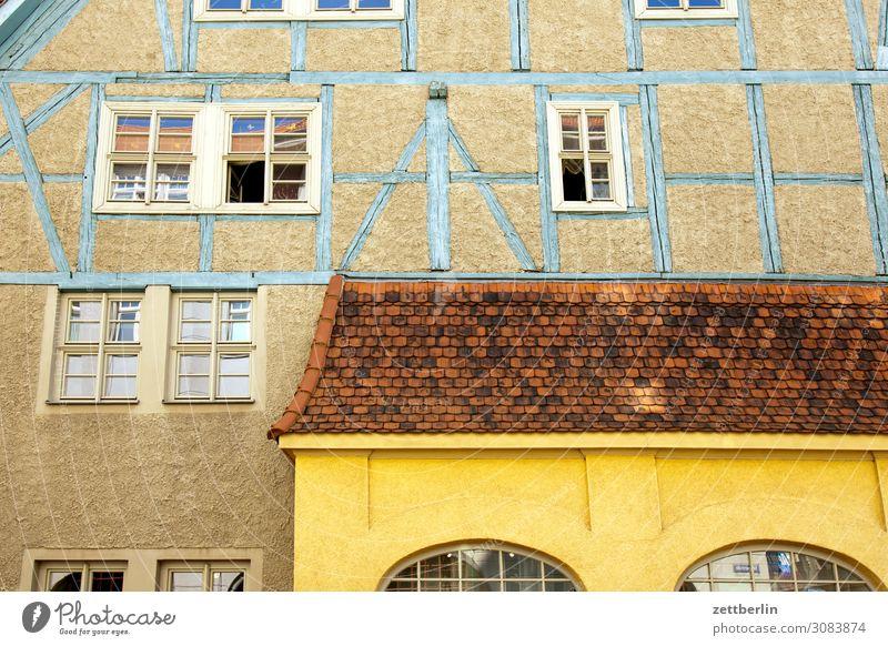 Vordach aschersleben Detailaufnahme Haus historisch Kleinstadt Licht Traurigkeit Menschenleer Mittelalter Sachsen-Anhalt Sommer Stadt Textfreiraum Fachwerkhaus