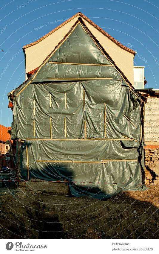 Baugrube aschersleben Altstadt Detailaufnahme Haus Fassade Dachgiebel Baustelle Baugrundstück Abdeckung Isolierung (Material) Schutz Bauwerk Gebäude historisch