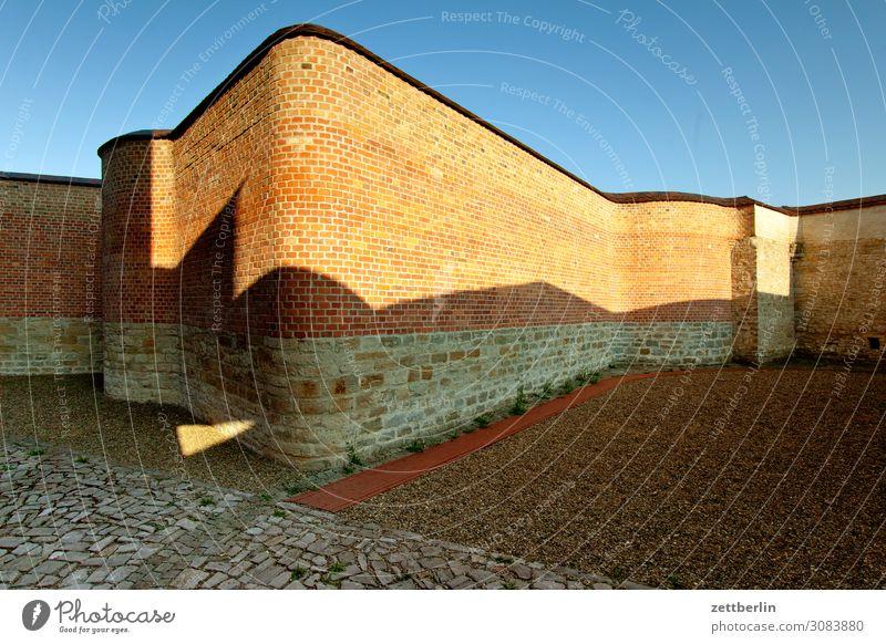 Gefängnis aschersleben Detailaufnahme gefangen Freiheit Justizvollzugsanstalt Haus historisch Justiz u. Gerichte Gerichtsgebäude Kleinstadt Licht Mauer