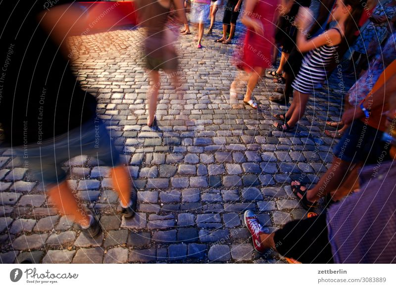 Josephine tanzt aschersleben Beine Bewegung Bewegungsunschärfe Dynamik Kopfsteinpflaster Körperteile Pflastersteine Techno Tanzen Tanzveranstaltung Tänzer
