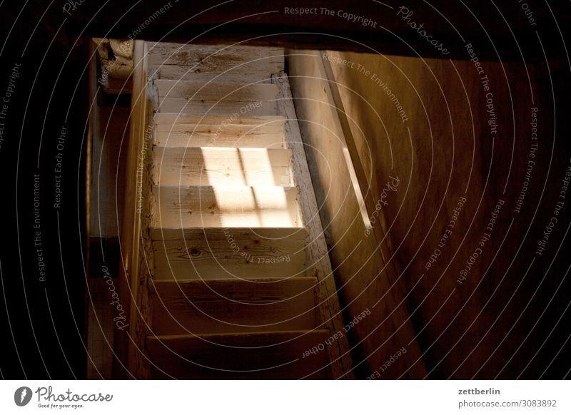 Holztreppe Detailaufnahme Haus historisch Licht Sonne Sonnenlicht Sonnenstrahlen Traurigkeit Menschenleer Mittelalter Stadt Textfreiraum Treppe Niveau aufwärts