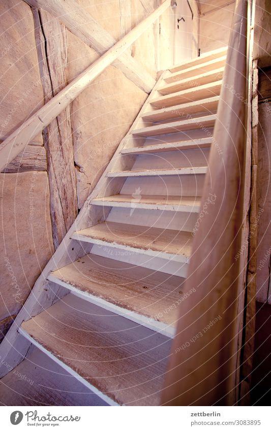 Steile Holztreppe antik aschersleben Detailaufnahme Vergangenheit Mittelalter Haus historisch Innenaufnahme Innenarchitektur Kleinstadt Licht Traurigkeit