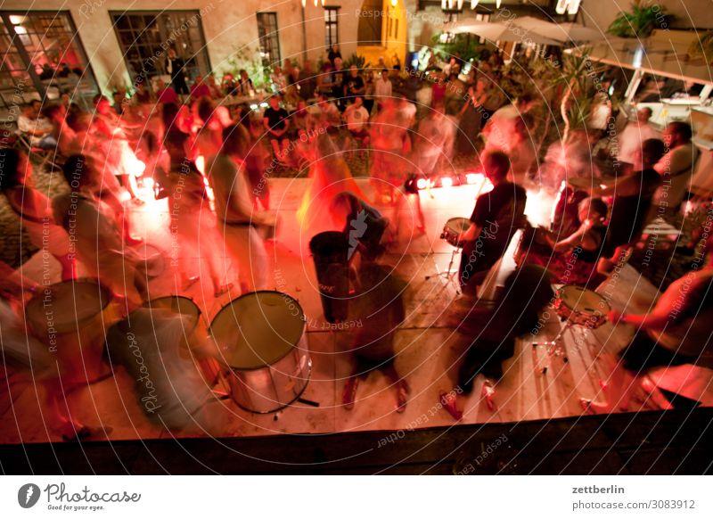 Trommelsession im Grauen Hof Abend aschersleben Bewegung Bewegungsunschärfe dunkel Dynamik grauer hof Nacht Sambatänzer Tanzen Tanzveranstaltung Schlagzeuger