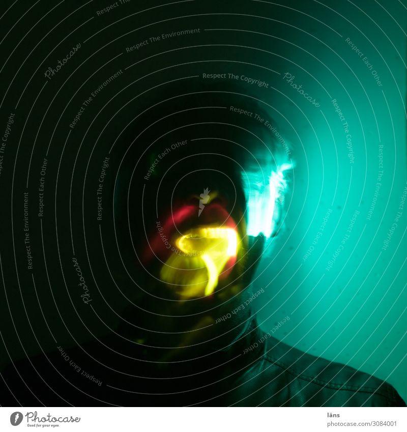 geheimnisvolle Vorzeichen ll Mensch Mann dunkel Erwachsene Wand Mauer Kopf Angst maskulin leuchten gefährlich bedrohlich Platzangst Zukunftsangst Stress