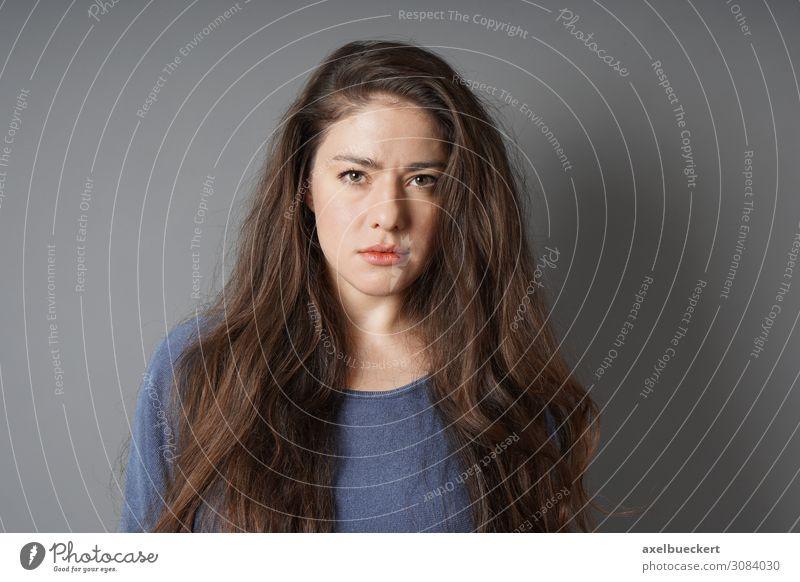 ernste junge Frau Mensch Jugendliche Junge Frau 18-30 Jahre Lifestyle Erwachsene Traurigkeit feminin Gefühle Stimmung authentisch T-Shirt Wut langhaarig
