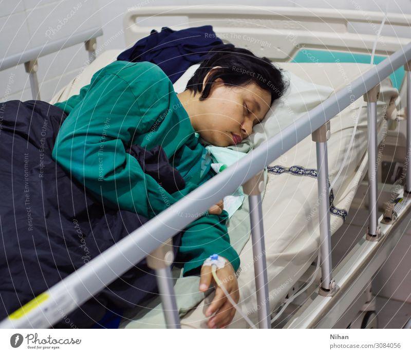 Bettruhe Behandlung Krankheit Medikament feminin Frau Erwachsene 1 Mensch 30-45 Jahre Krankenhauskleidung schwarzhaarig schlafen blau türkis Erschöpfung Fitness