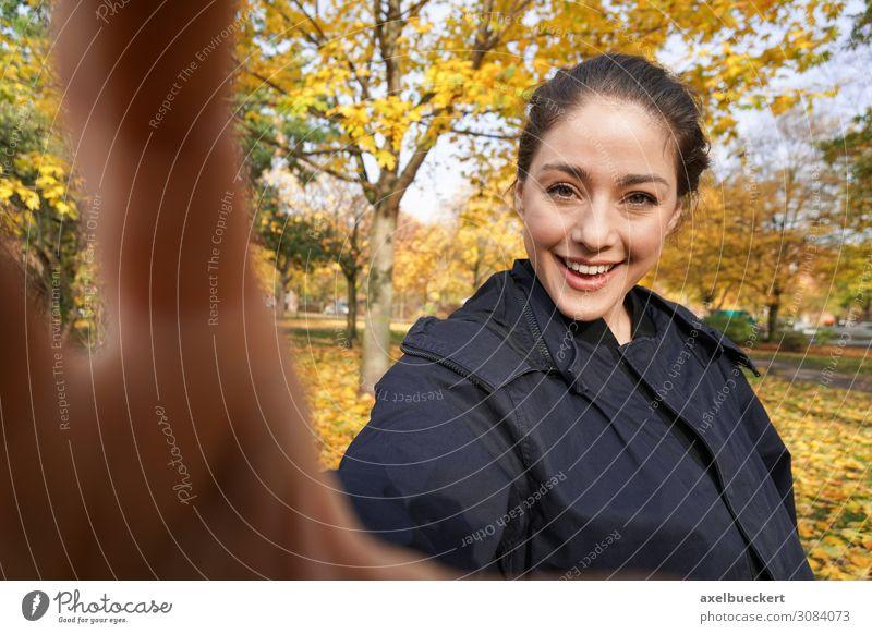 glückliche junge Frau, die im Herbst Selfie macht. lustig Lifestyle Fotografieren Hand echte Menschen Freude Freizeit & Hobby Fotokamera Junge Frau Erwachsene