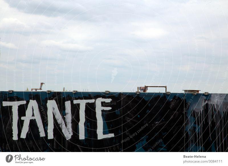 Tante auf Baustelle in Berlin Himmel Wolken Architektur Wand Gebäude Mauer Fassade Arbeit & Erwerbstätigkeit Wetter Schriftzeichen Hochhaus stehen