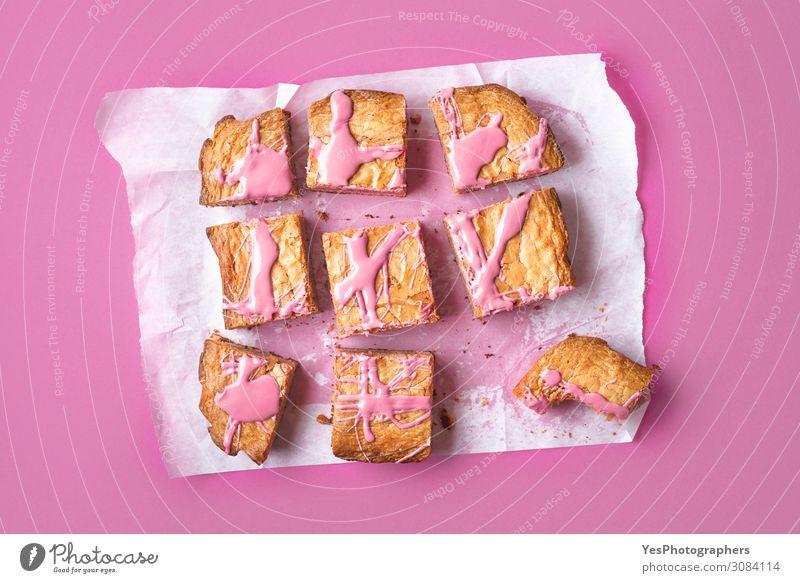Rubinroter Schokoladenbrownie in Scheiben auf rosa Hintergrund Kuchen Dessert Süßwaren Essen Glück positiv weiß Tradition obere Ansicht backen Bäckerei