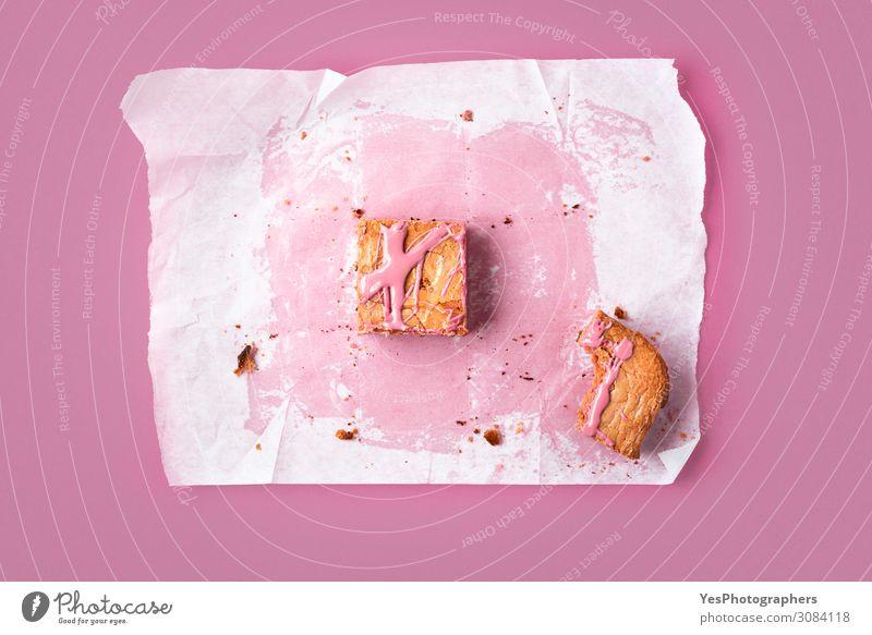 Scheibe rosa Brownie und Spuren des ganzen Kuchens Dessert Süßwaren Schokolade Essen Fährte Glück Tradition obere Ansicht backen Bäckerei Backpapier