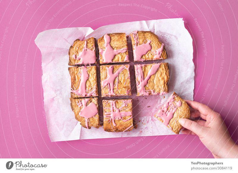 Geschnittener rosa Brownie. Rubinschokoladenkuchen in Scheiben geschnitten Kuchen Dessert Süßwaren Schokolade Essen Hand Fröhlichkeit Tradition obere Ansicht