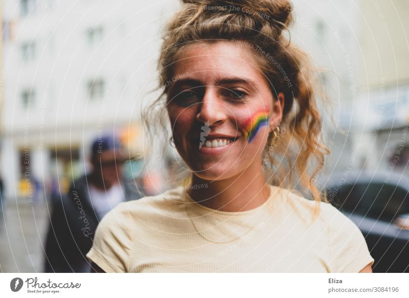 Pride feminin Junge Frau Jugendliche 18-30 Jahre Erwachsene Solidarität Toleranz Regenbogenflagge Christopher Street Day lgbt diversity Lächeln Gleichstellung