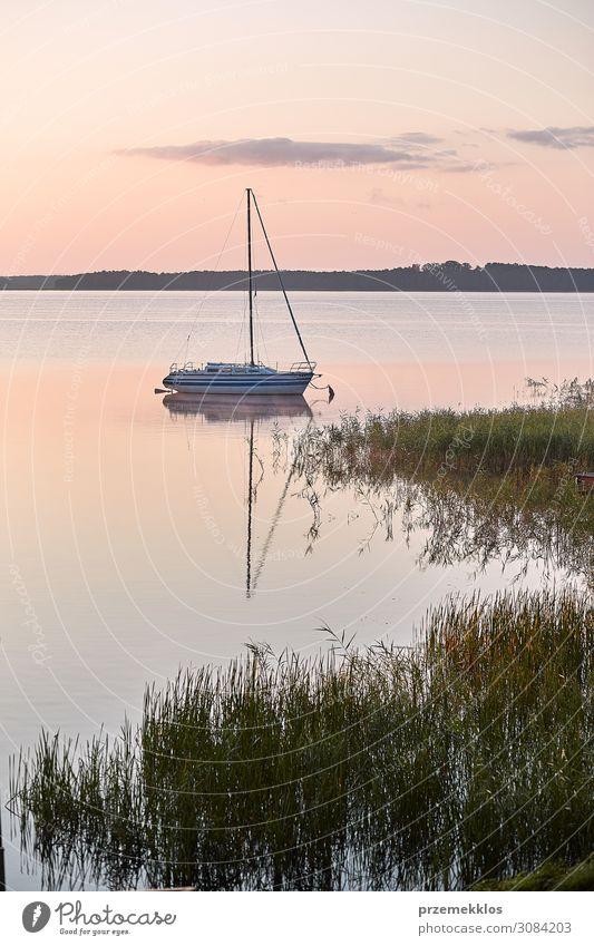 Yacht, die an einer Küste festgemacht ist. Lifestyle Erholung Freizeit & Hobby Ferien & Urlaub & Reisen Tourismus Abenteuer Freiheit Kreuzfahrt Sommer Meer