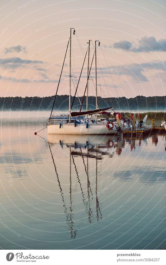 Yachten und Boote, die in einem Hafen liegen. Erholung Freizeit & Hobby Ferien & Urlaub & Reisen Tourismus Kreuzfahrt Sommer Meer Umwelt Natur Himmel Wolken