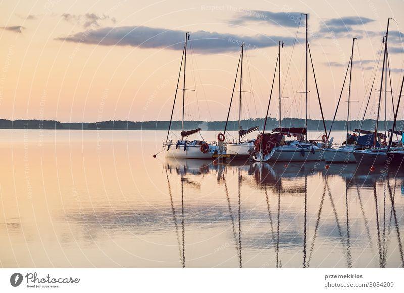 Yachten und Boote, die in einem Hafen liegen. Erholung Freizeit & Hobby Ferien & Urlaub & Reisen Tourismus Kreuzfahrt Sommer Meer Natur Küste See Jacht