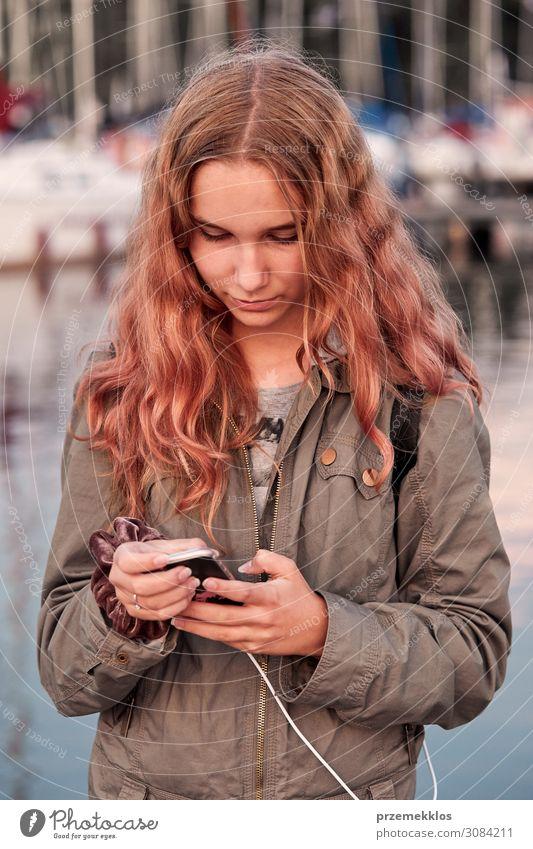 Junge Frau nutzt Handy-Smartphone Lifestyle Ferien & Urlaub & Reisen Sommer Telefon PDA Technik & Technologie Internet Mensch Jugendliche Erwachsene 1
