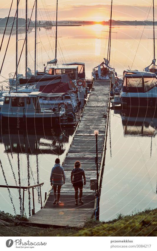 Yachten und Boote, die in einem Hafen liegen. schön Erholung Freizeit & Hobby Ferien & Urlaub & Reisen Tourismus Kreuzfahrt Sommer Meer Mensch Junge Frau