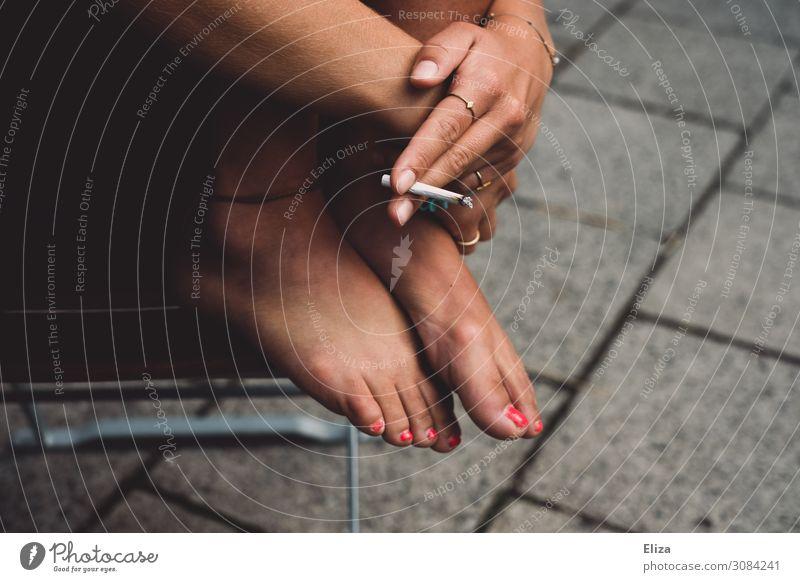 Sommergenuss feminin Junge Frau Jugendliche Erwachsene Hand Fuß 1 Mensch 13-18 Jahre 18-30 Jahre Rauchen frei trendy einzigartig Coolness Erholung Freiheit