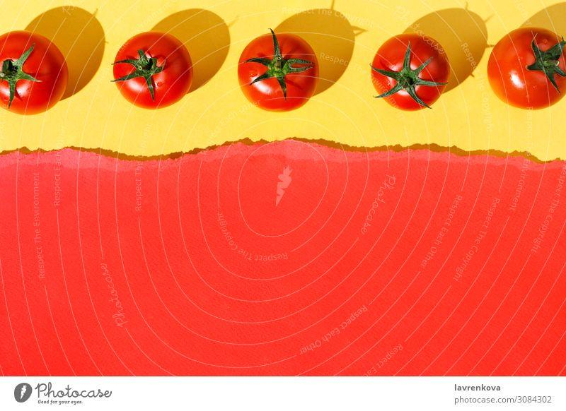 Flache Schicht aus Bio-Tomaten mit gelben Knollen einrichten arrangiert angeordnet Hintergrundbild mehrfarbig Diät Lebensmittel Gesunde Ernährung Foodfotografie