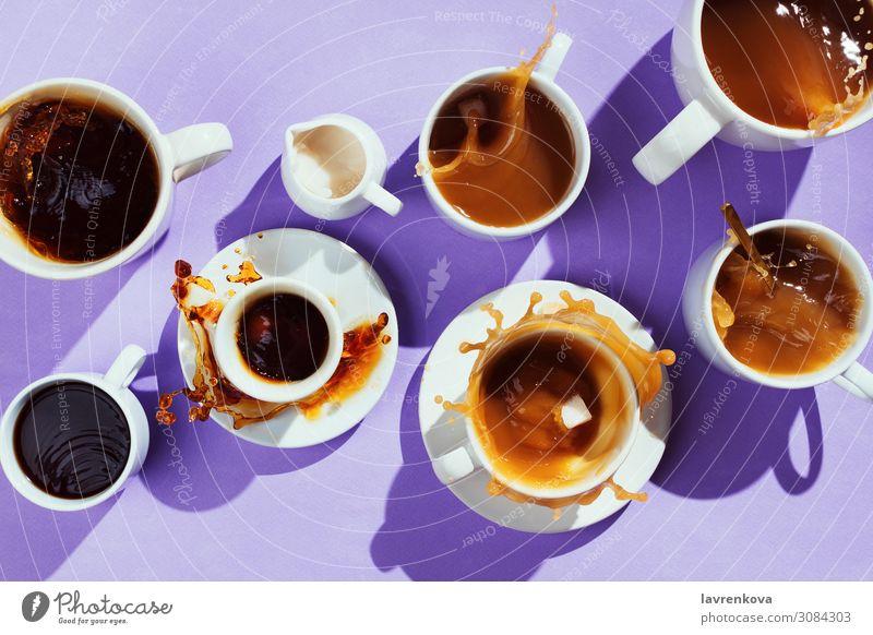 verschiedene Tassen mit Kaffee und Milchkännchen auf lila Becher Geschirr süß Löffel Cappuccino Zucker Latte Flachlegung Espresso schwarz heiß Geplätscher