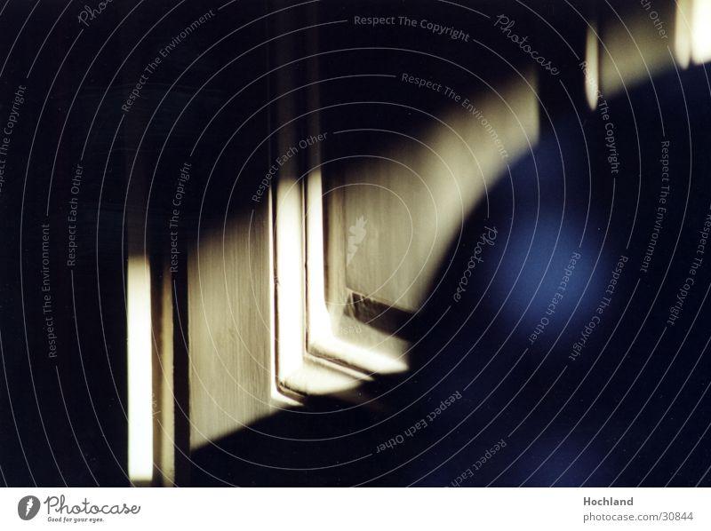 Geheimes hinter der Türe blau Holz Tür geheimnisvoll obskur unheimlich Lichtstreifen