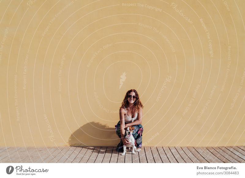 Frau Mensch Ferien & Urlaub & Reisen Hund Jugendliche Junge Frau Sommer Stadt schön Haus Erholung Tier Freude Lifestyle Erwachsene gelb