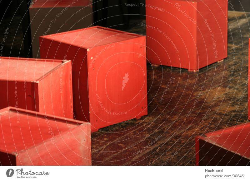 Bühnenbau 2 hingeworfen Konzert Musik rote Würfel Holzbrett im Scheinwerferlicht abetretene Bretter