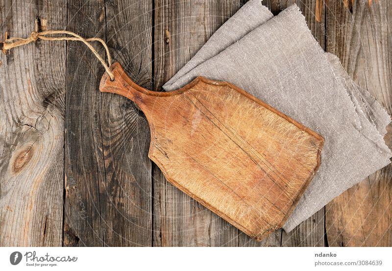 leeres altes braunes Holzschneidebrett mit Griff Design Küche dreckig dunkel natürlich oben retro grau antik Hintergrund blanko Holzplatte zerkleinernd