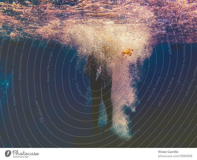 Unterwasserfotografie. Ein Junge, der in einem Pool planscht. Schwimmbad Mensch Junger Mann Jugendliche Körper 1 8-13 Jahre Kind Kindheit Urelemente Wasser